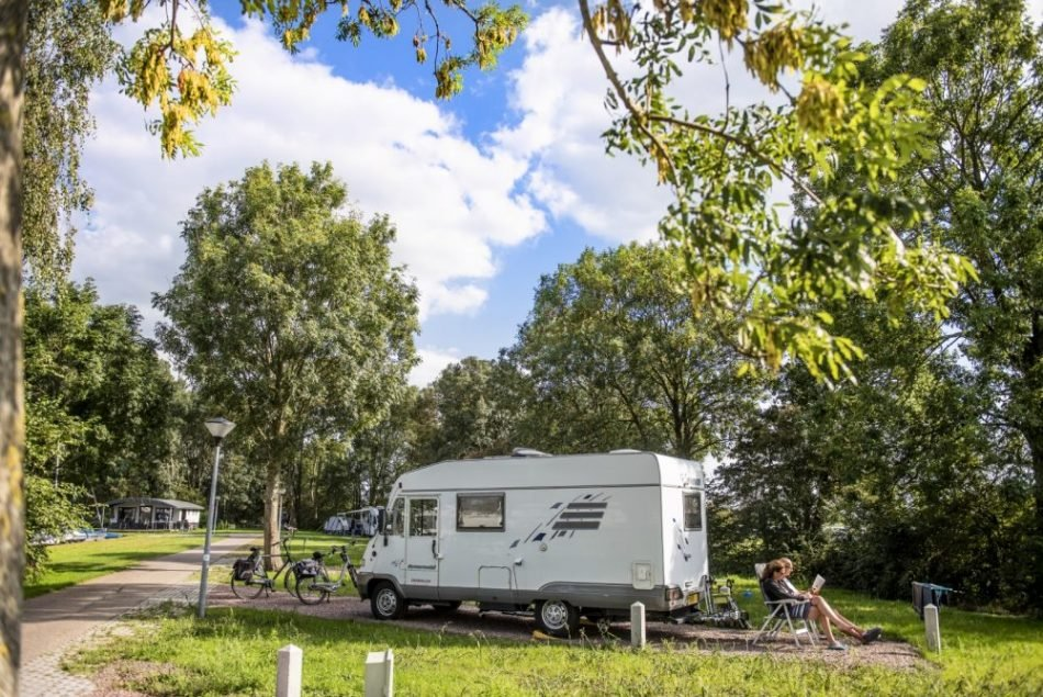 Camper op kampeerterrein