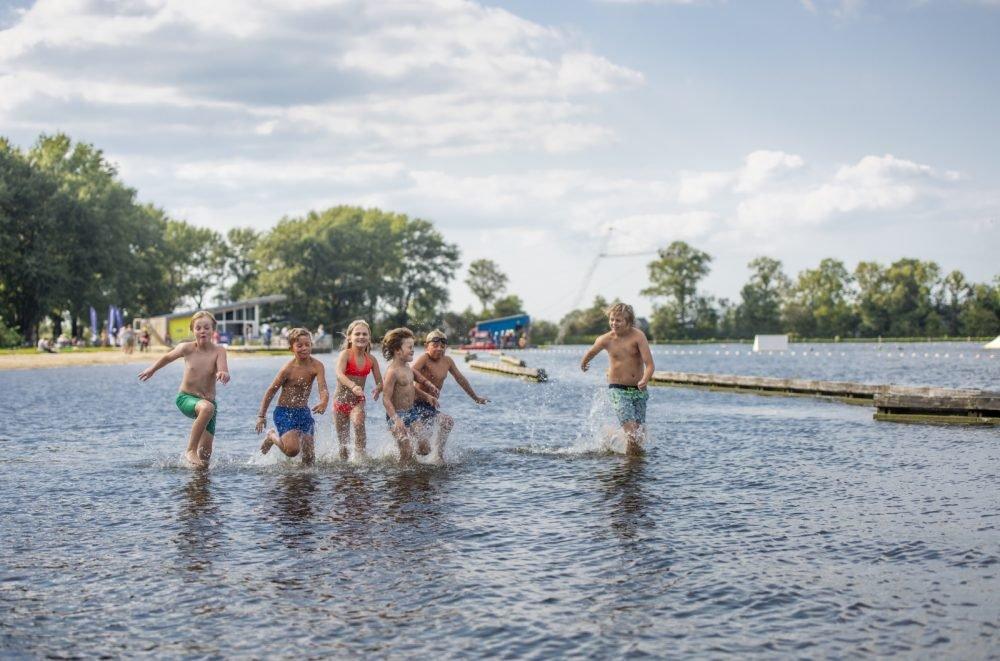 Kinderen rennen door water
