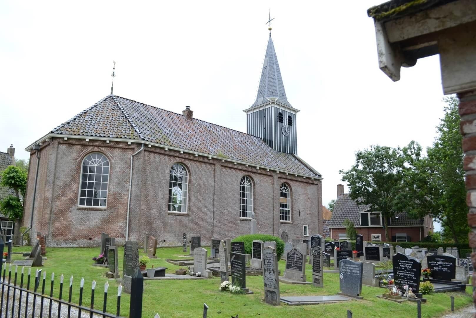 kerk poppenwier met begraafplaats