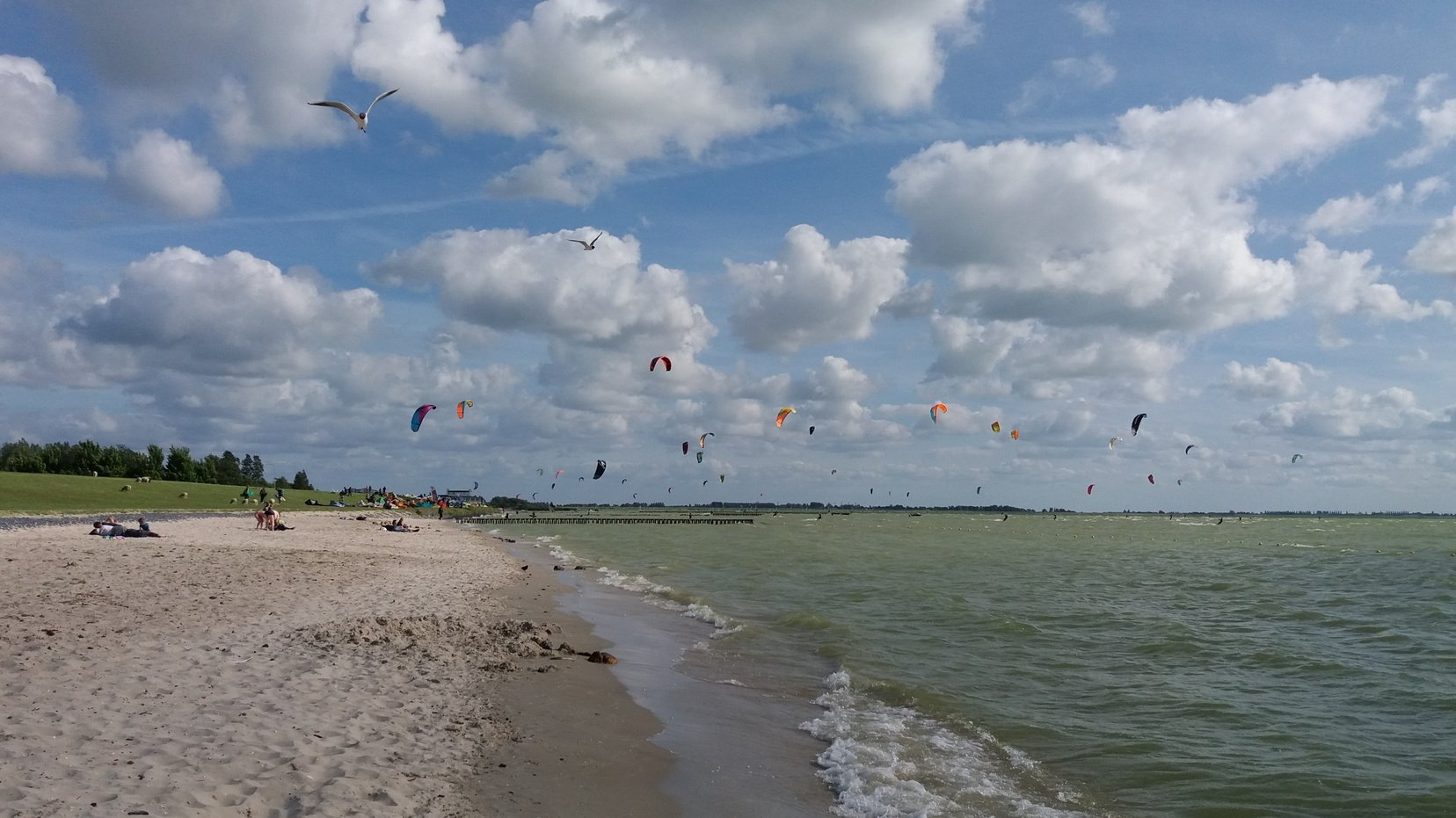 Hindeloopen strand met kitesurfers Getsje Stellingwerf fotowedstrijd gemeentegids 2018