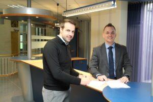 Ondertekening verkoop gemeentehuis Wommels