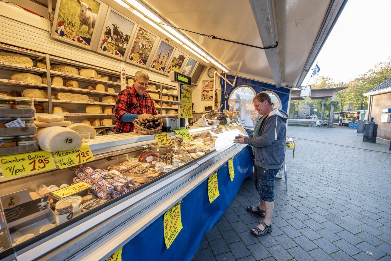 Marktkraam kaas en worst