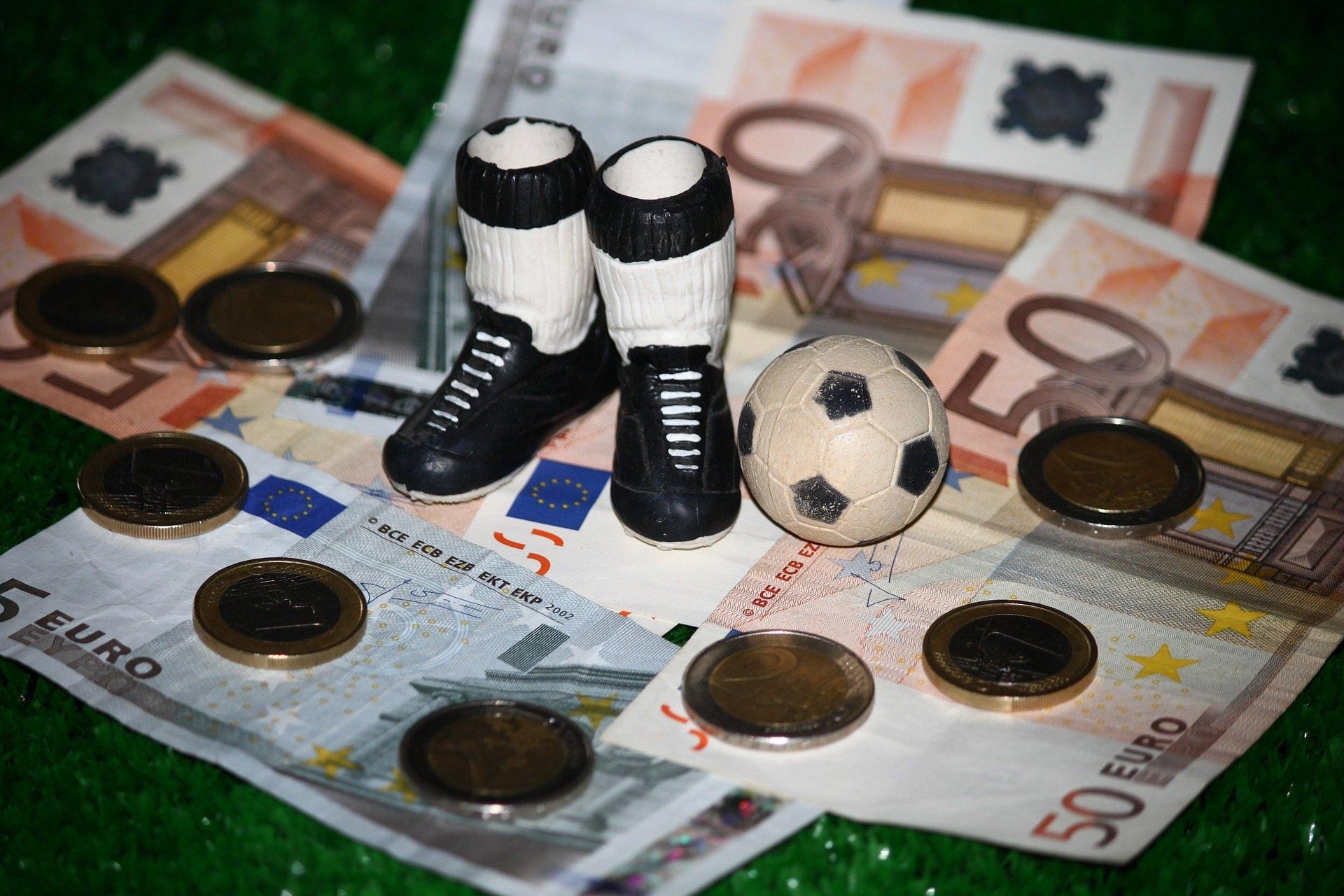 geld met speelgoedvoetbal